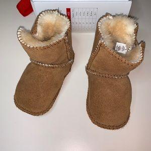 Minnetonka Baby Girl Sheepskin Pug Bootie Size 3